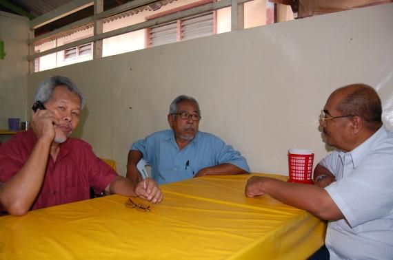 Hj.Hashim, Cikgu Nik Man dan Cik Lah Embong duk tunggu nasi dagang K.Terengganu