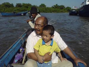 Haji Hashim bersama cucunya, Hydar Hafiz menyeberangi sungai menuju ke Taba