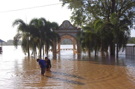 Air Sungai Kelantan melimpahi Tambatan diRaja