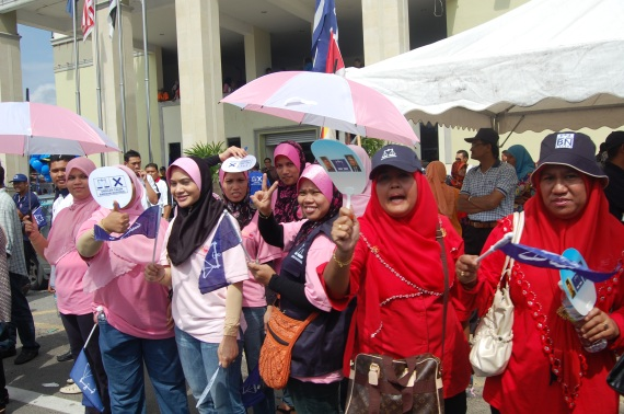 Wanita dan Puteri Umno merayu undi