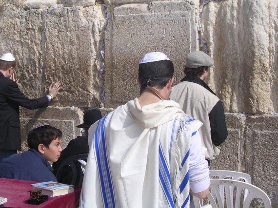 Para pemuda Yahudi beribadat di Tembok Barat berhampiran Masjid al-Aqsa