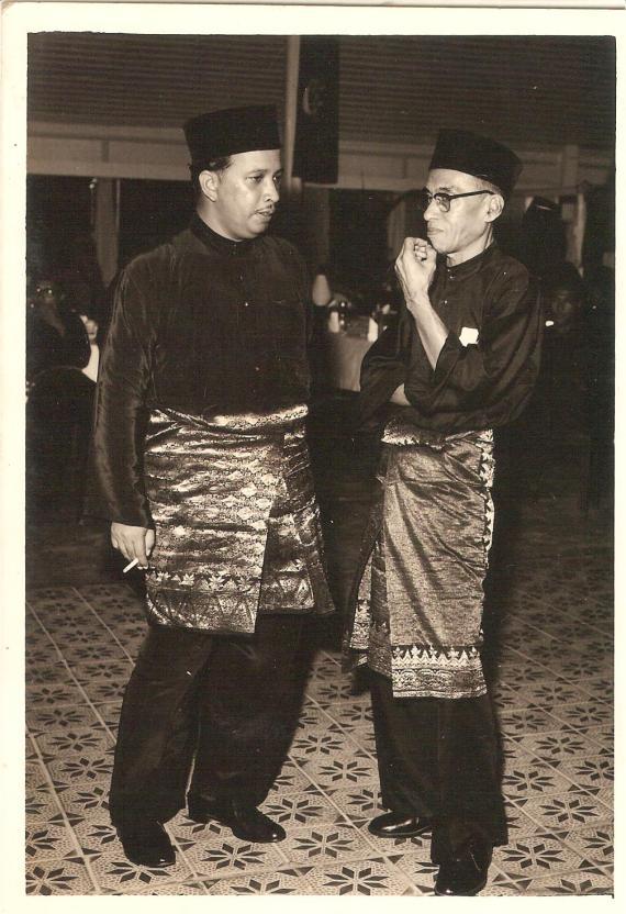 Abdullah Bukhari (bercemin mata) dan Dato` Mohd.Asri