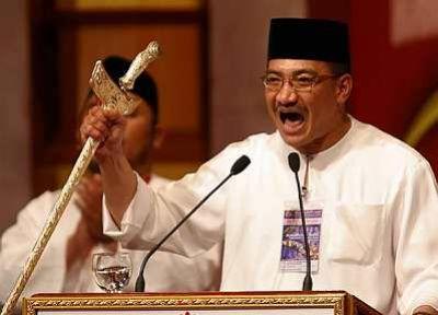 Hishamuddin angkat keris bila gelabah