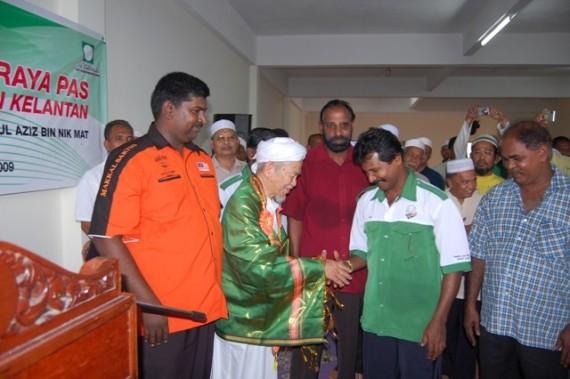 Kerjasama masyarakat India setempat.