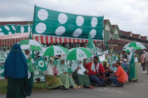 Muslimat PAS tetap bersemangat walaupun terpaksa berpayung.