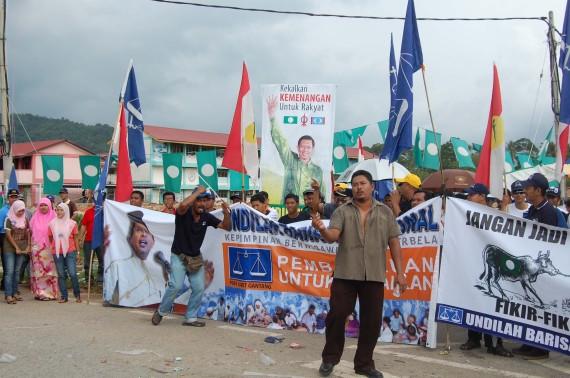 Nyanyian dan tarian mabuk oleh 2 orang perayu undi B.Nasional.