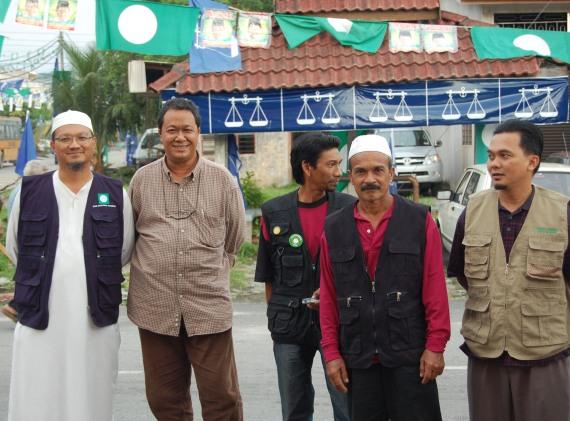 Dr.Khairuddin bersama para petugas PAS kawasan Kota Bharu di Kuala Sepetang