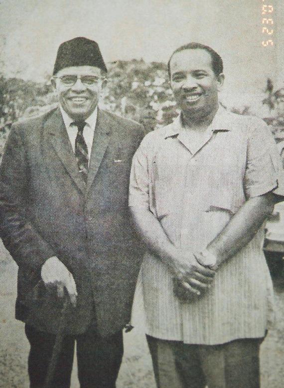 Gambar Kenangan Dato' Mohd.Asri bersama Prof.Hamka (bersongkok)