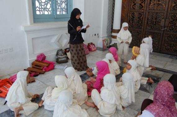 anak-anak Acheh belajar al-Quran di Masjid Baitul Rahman