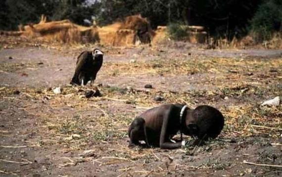 Mangsa kebuluran di Sudan. Gambar oleh Kevin Carter 1994