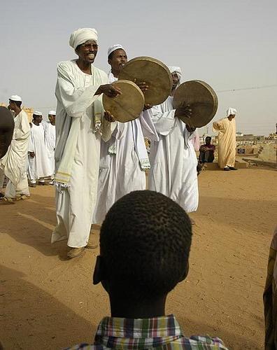 Berselawat sambil bergendang oleh golongan Sufi.